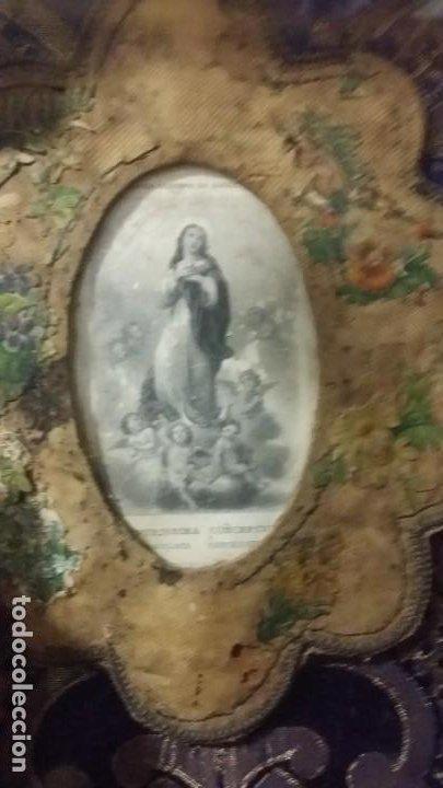Antigüedades: Antigua y hermosa vitrina capilla hornacina con imágenes y tapiz - Foto 12 - 197210958
