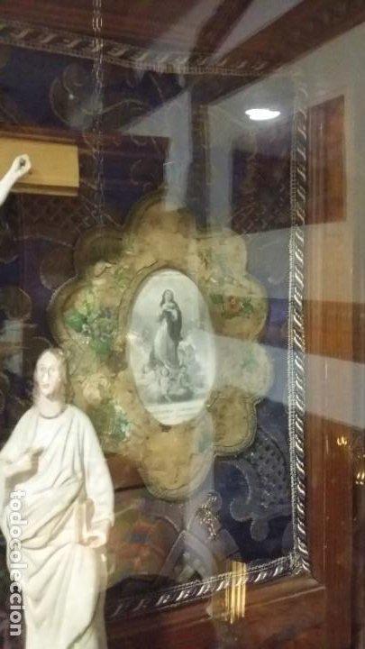Antigüedades: Antigua y hermosa vitrina capilla hornacina con imágenes y tapiz - Foto 13 - 197210958