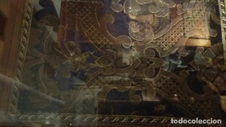 Antigüedades: Antigua y hermosa vitrina capilla hornacina con imágenes y tapiz - Foto 14 - 197210958