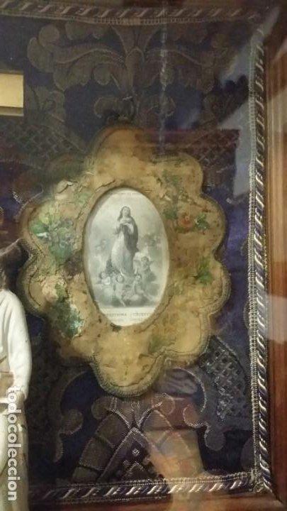 Antigüedades: Antigua y hermosa vitrina capilla hornacina con imágenes y tapiz - Foto 15 - 197210958