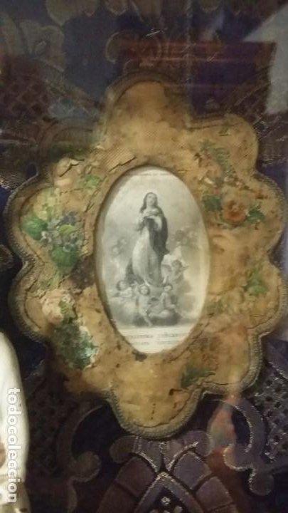 Antigüedades: Antigua y hermosa vitrina capilla hornacina con imágenes y tapiz - Foto 16 - 197210958