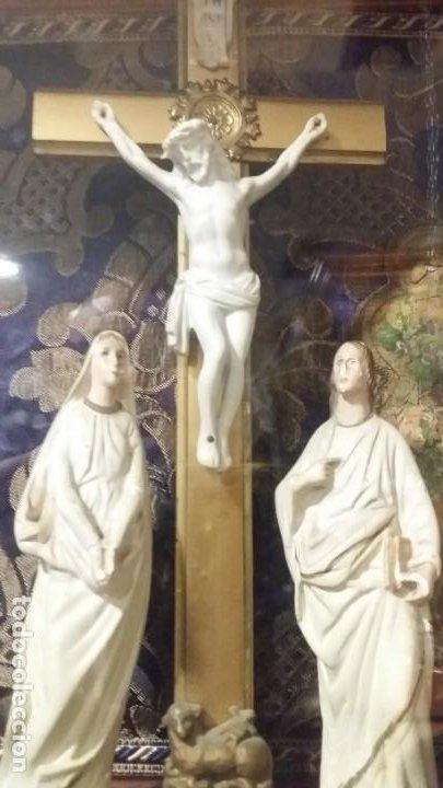 Antigüedades: Antigua y hermosa vitrina capilla hornacina con imágenes y tapiz - Foto 19 - 197210958