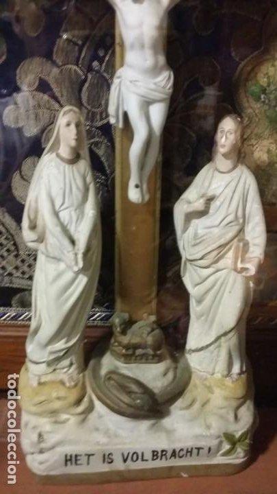 Antigüedades: Antigua y hermosa vitrina capilla hornacina con imágenes y tapiz - Foto 22 - 197210958