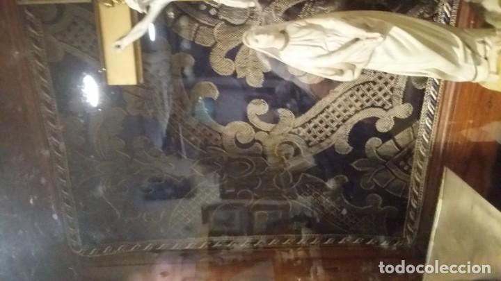 Antigüedades: Antigua y hermosa vitrina capilla hornacina con imágenes y tapiz - Foto 23 - 197210958