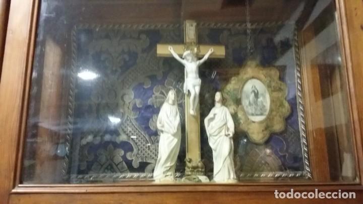Antigüedades: Antigua y hermosa vitrina capilla hornacina con imágenes y tapiz - Foto 26 - 197210958