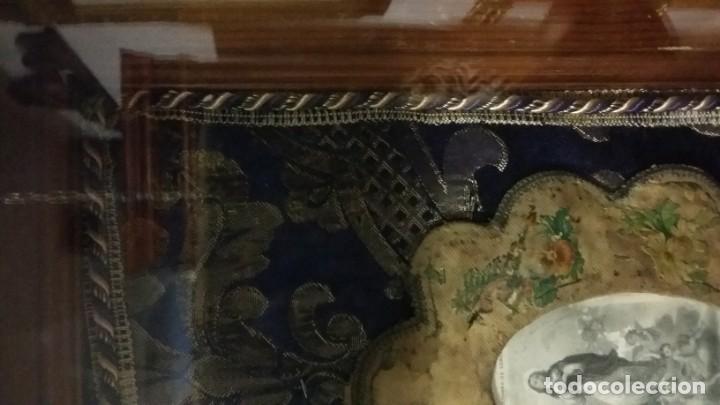 Antigüedades: Antigua y hermosa vitrina capilla hornacina con imágenes y tapiz - Foto 27 - 197210958