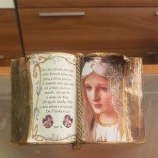 Antigüedades: LIBRO DECORATIVO CON IMAGEN DE VIRGEN DE FATIMA DE PORTUGAL, CON ORACIÓN Y FOTO. Lote 200351636