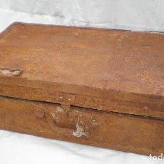Antigüedades: ANTIGUA *MALETA* DE MADERA FORRADA DE HOJALATA OXIDADA, PARA RESTAURAR. Lote 200385788