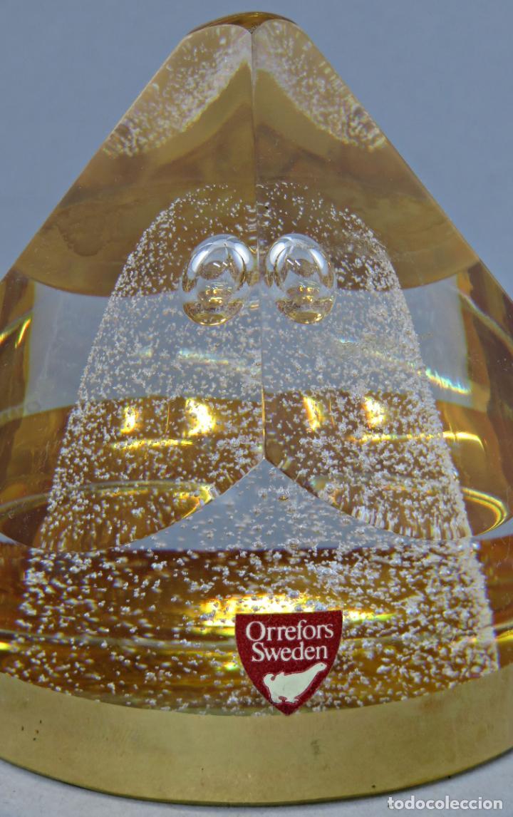 Antigüedades: Pisapapeles en vidrio prensado ámbar y base pintada en dorado Orrefors Sweden en su caja siglo XX - Foto 3 - 200544582