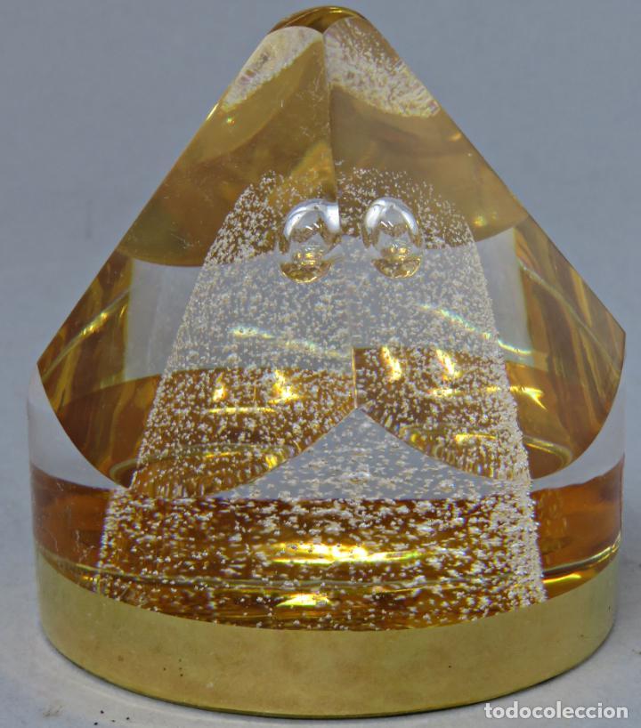 Antigüedades: Pisapapeles en vidrio prensado ámbar y base pintada en dorado Orrefors Sweden en su caja siglo XX - Foto 4 - 200544582