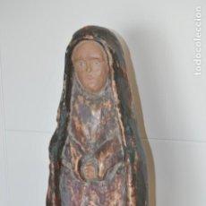 Antigüedades: MUY ANTIGUA VIRGEN DE MADERA TALLADA CON SU PEANA DORADA. Lote 200575362