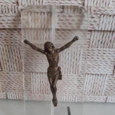 Antigüedades: CRISTO DE LATÓN MONTADO SOBRE PLACA DE METACRILATO CON CRUZ GRABADA EN BAJORELIEVE. 16.5 X 8 CMS.. Lote 200590658