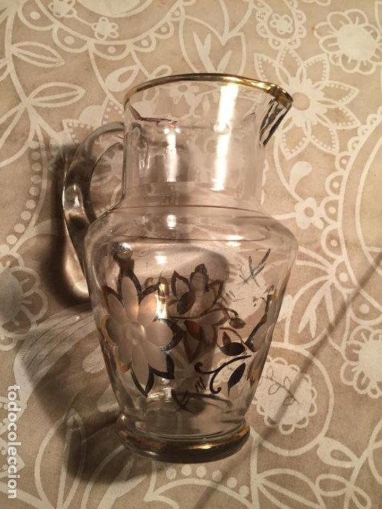 Antigüedades: Antigua jarra de cristal soplado a mano para agua o zumos con dibujo dorado floral años 50-60 - Foto 8 - 200596707