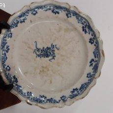 Antigüedades: PLATO TIPO ALCORA,SERIE BERAIN,SIGLO XVIII. Lote 200608436