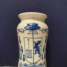 Antigüedades: ALBARELO DE FARMACIA DE CERÁMICA DE TALAVERA CON EL ESCUDO DE SAN LORENZO DE EL ESCORIAL. S. XX.. Lote 200741321
