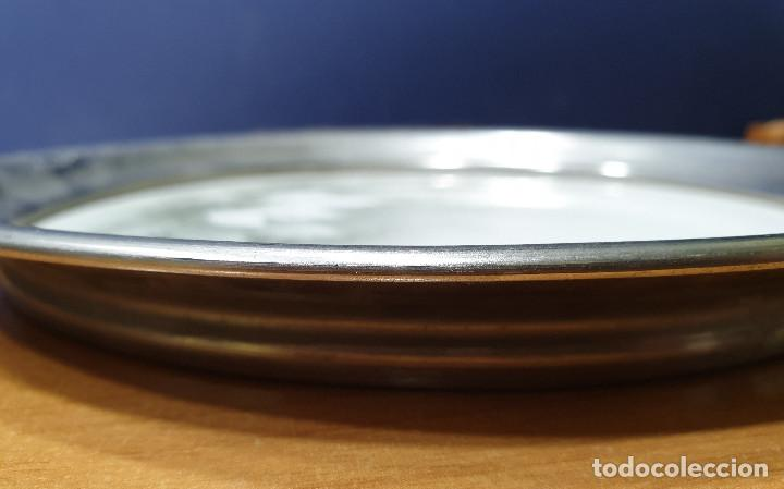 Antigüedades: Bandeja mayólica circular con borde plateado. Hacia 1940. - Foto 3 - 200741813