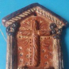 Antigüedades: ANTIGUA BENDITERA REALIZADA ARTESANALMENTE EN TERRACOTA. Lote 200797417