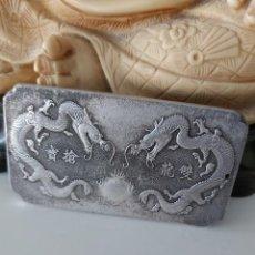 Antigüedades: EXCLUSIVO LINGOTE DE PLATA TIBETANA CON 2 DRAGONES - VER FOTOS! -. Lote 218352903