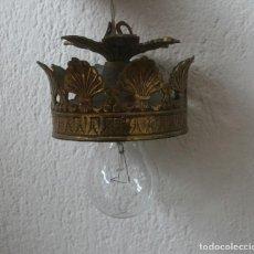 Antigüedades: ANTIGUO APLIQUE EMBELLECEDOR DE LAMPARA DE TECHO EN METAL DORADO RELIEVES - INSTALACION ELECTRICA. Lote 200879785