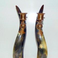 Antigüedades: PAREJA DE CANDELEROS, CUERNO Y COBRE , ANTIGUOS, RAROS, 26 CM .W. Lote 201122020