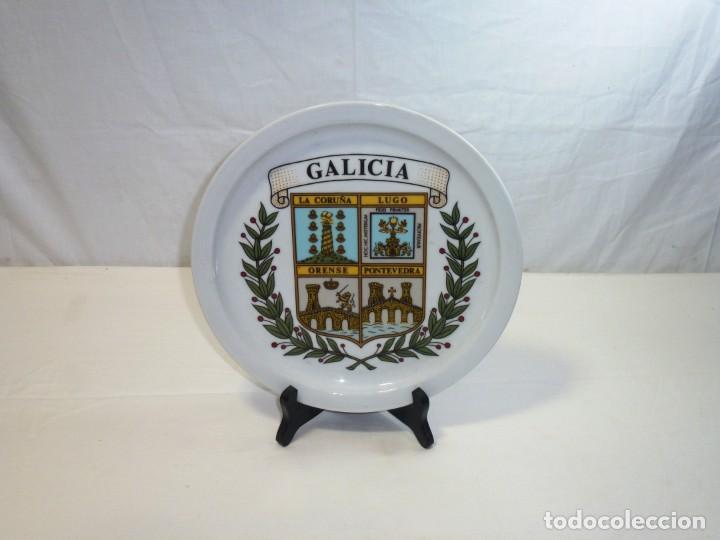 PLATO DE CERÁMICA. RECUERDO DE GALICIA. ORENSE, LUGO, LA CORUÑA, PONTEVEDRA.25 CM. (Antigüedades - Hogar y Decoración - Platos Antiguos)