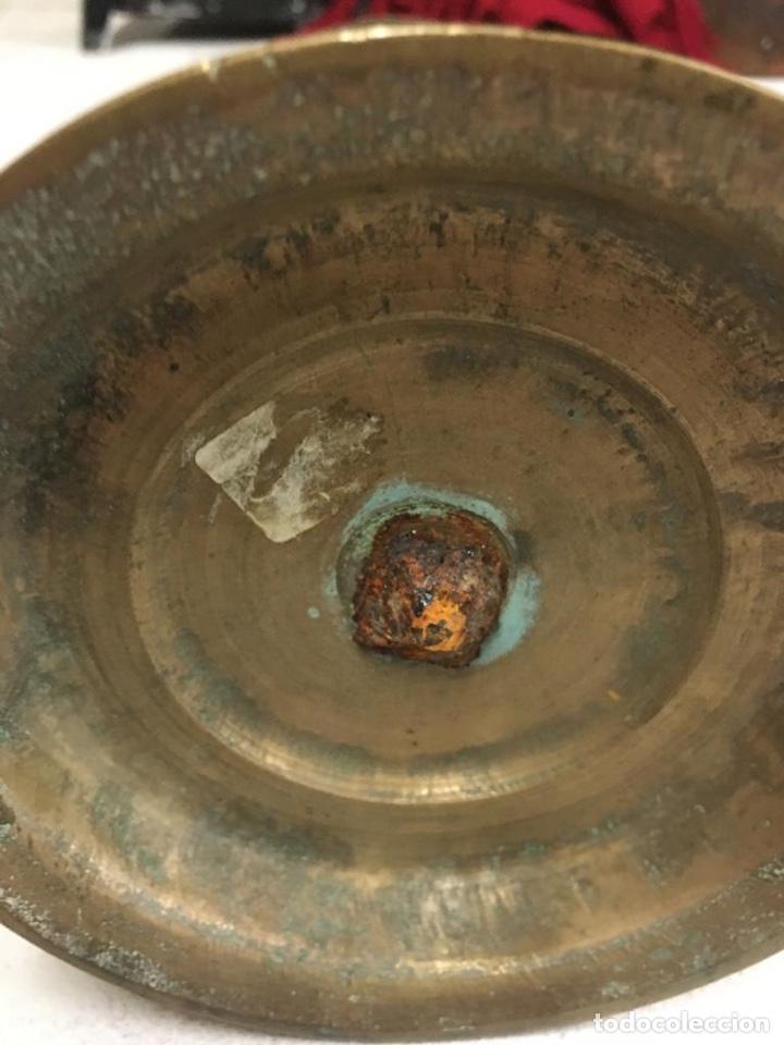 Antigüedades: Antigua pareja de candelabros de bronce macizo del siglo XVII. 28 cm de alto. - Foto 5 - 195152837