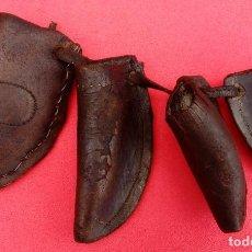 Antigüedades: CUATRO DEDILES ANTIGÜOS DE CUERO ARTESANALES PARA LA SIEGA. 10.250 CMS EL MAYOR Y 7.250 CMS EL MENOR. Lote 201221970