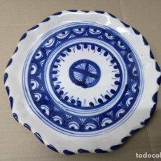 Antigüedades: ANTIGUO PLATO CERAMICA TALAVERA EL CARMEN 26 CM. Lote 201234652