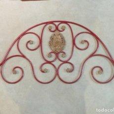 Antigüedades: CABECERO DE CAMA DE MONJA – HIERRO Y LATÓN – VIRGEN INMACULADA. Lote 201242748