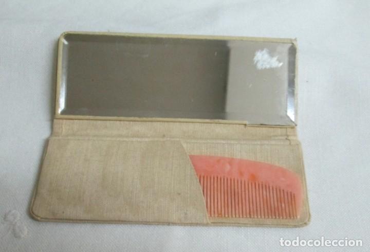 Antigüedades: Antiguo pequeño peine de color rosa en estuche con espejo. - Foto 3 - 201243095