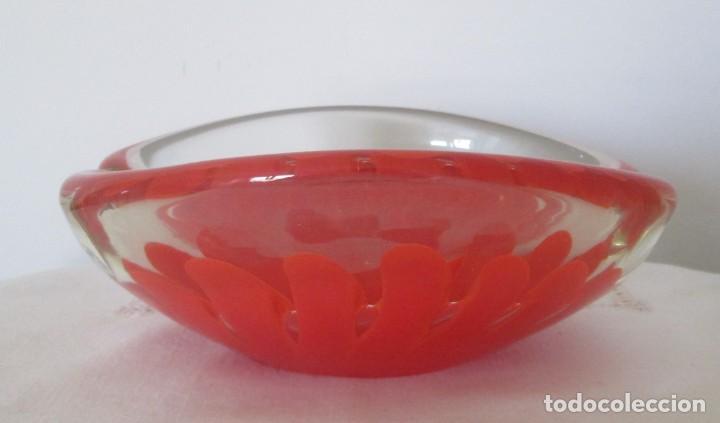 Antigüedades: Fantástico cenicero en cristal Murano diseño interior flor roja, pesado. Mide 20cm x 17cm x 8cm. - Foto 2 - 201252762