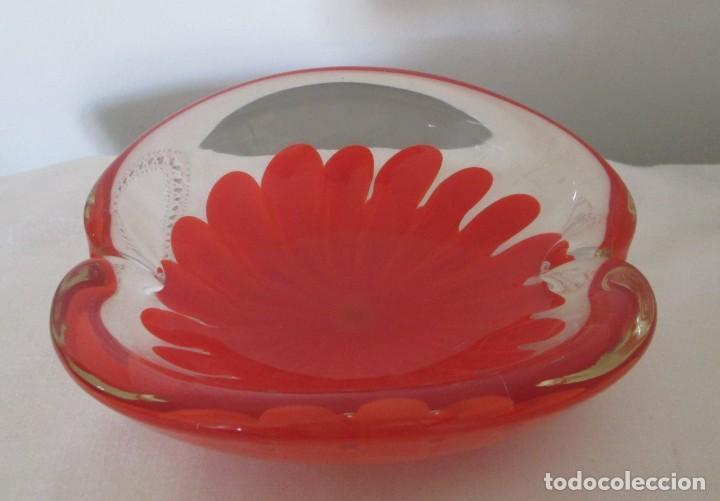 Antigüedades: Fantástico cenicero en cristal Murano diseño interior flor roja, pesado. Mide 20cm x 17cm x 8cm. - Foto 3 - 201252762