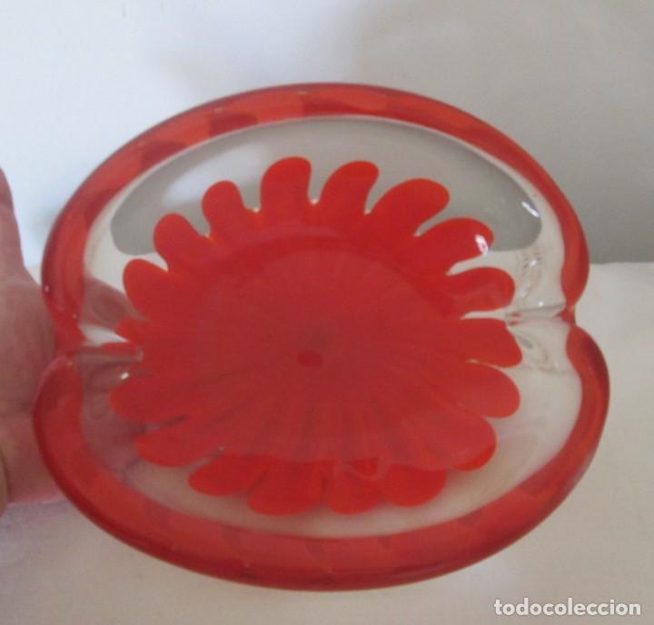 Antigüedades: Fantástico cenicero en cristal Murano diseño interior flor roja, pesado. Mide 20cm x 17cm x 8cm. - Foto 5 - 201252762