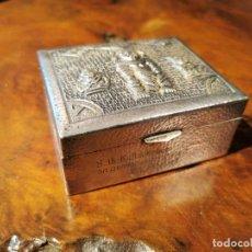 Antigüedades: CAJA DE PLATA DE LEY CON ESCUDO 0,900, EN MARTELE CON ICONOS MAYAS. Lote 201257317