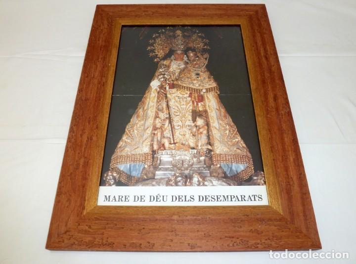MARCO DE MADERA CON LAMINA RELIGIOSA MARE DE DEU DELS DESAMPARATS.66.5 X 49.5 CM. (Antigüedades - Religiosas - Varios)
