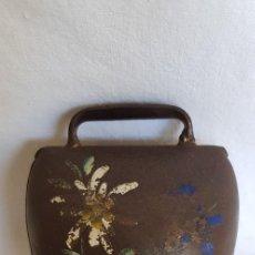 Antiquités: ANTIGUO CENCERRO SUIZO CON FLOR EDELWEISS PINTADA A MANO-AÑOS 60. Lote 201272567