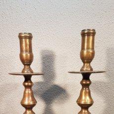 Antigüedades: DOS CANDELEROS DE BRONCE DE IGLESIA DEL SIGLO XIX. ALTURA 31 CM... Lote 201315323