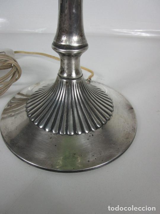 Antigüedades: Preciosa Lámpara Sobremesa, Quinque - Pie en Plata de Ley, con Contrastes -Tulipa Cristal en Opalina - Foto 2 - 201319442