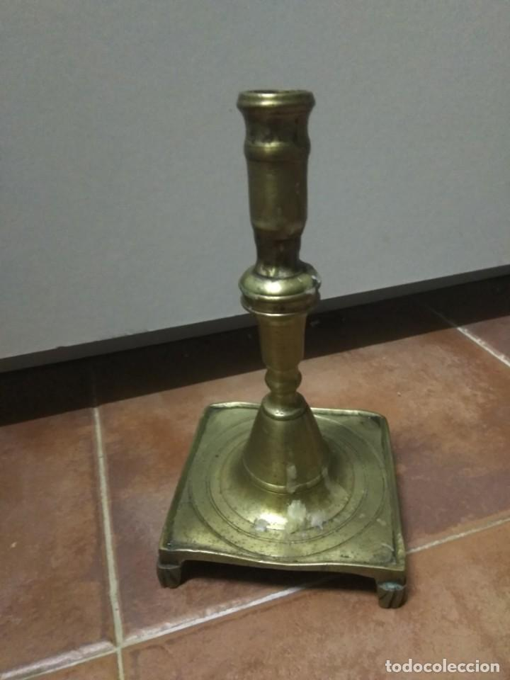 ANTIGUO CANDELERO CANDELABRO PAIS VASCO BASE CUADRADA Y PATAS BRONCE S.XIX ETNOGRAFÍA VASCA (Antigüedades - Hogar y Decoración - Portavelas Antiguas)