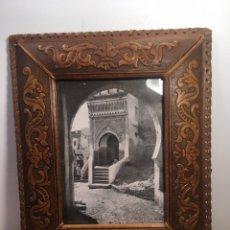 Antigüedades: MARCO ANTIGUO DE PIEL CUERO REPUJADO PORTAFOTOS. Lote 201321641