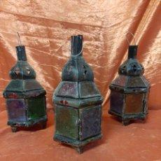 Antigüedades: TRES FAROLILLOS ANTIGUOS, ÁRABES, METÁLICOS Y CON CRISTALES DE COLOR. PARA VELAS.. Lote 215941538