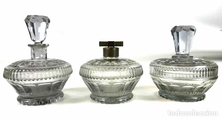 LICORERA, DISPENSADOR Y BOMBONERA. CRISTAL TALLADO. ESPAÑA. SIGLO XX. (Antigüedades - Cristal y Vidrio - Catalán)