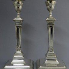 Antigüedades: PAREJA DE CANDELEROS EN PLATA INGLESES CON MARCAS Y PUNZONES HACIA 1900. Lote 201486053