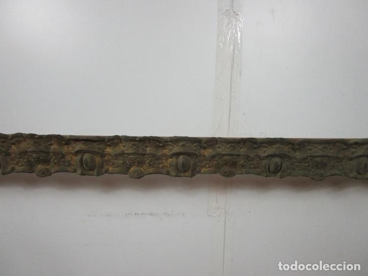 Antigüedades: Antigua Galería para Cortinas - Decorativas Formas en Latón - Madera - Principios S. XIX - Foto 2 - 201639446