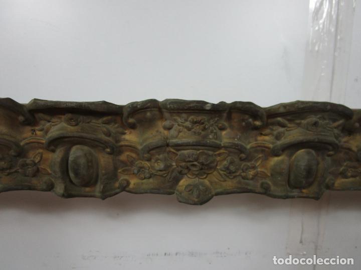 Antigüedades: Antigua Galería para Cortinas - Decorativas Formas en Latón - Madera - Principios S. XIX - Foto 3 - 201639446