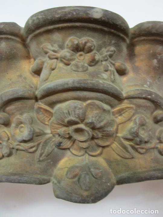 Antigüedades: Antigua Galería para Cortinas - Decorativas Formas en Latón - Madera - Principios S. XIX - Foto 5 - 201639446