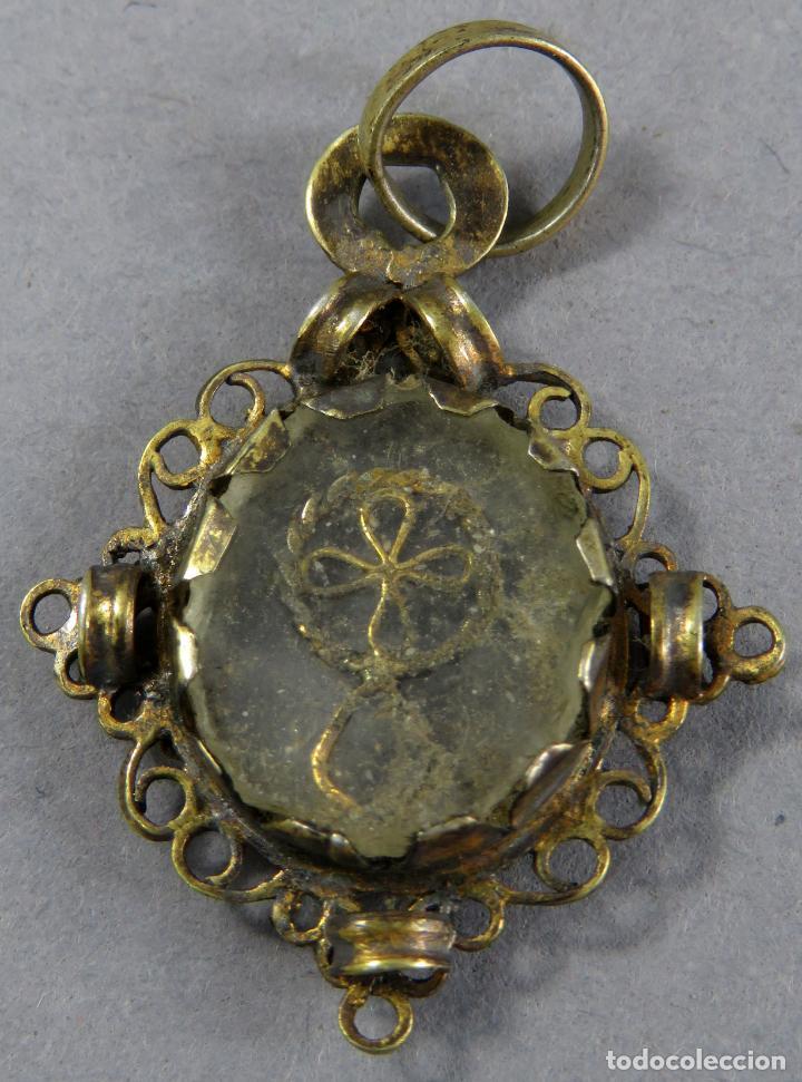 Antigüedades: Medalla tipo relicario en plata dorada y cristal a ambas caras con cruz en el interior siglo XVII - Foto 2 - 201725137