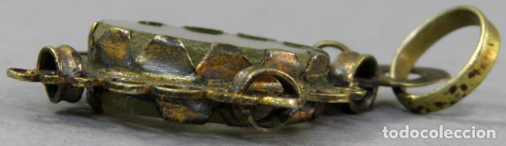 Antigüedades: Medalla tipo relicario en plata dorada y cristal a ambas caras con cruz en el interior siglo XVII - Foto 3 - 201725137