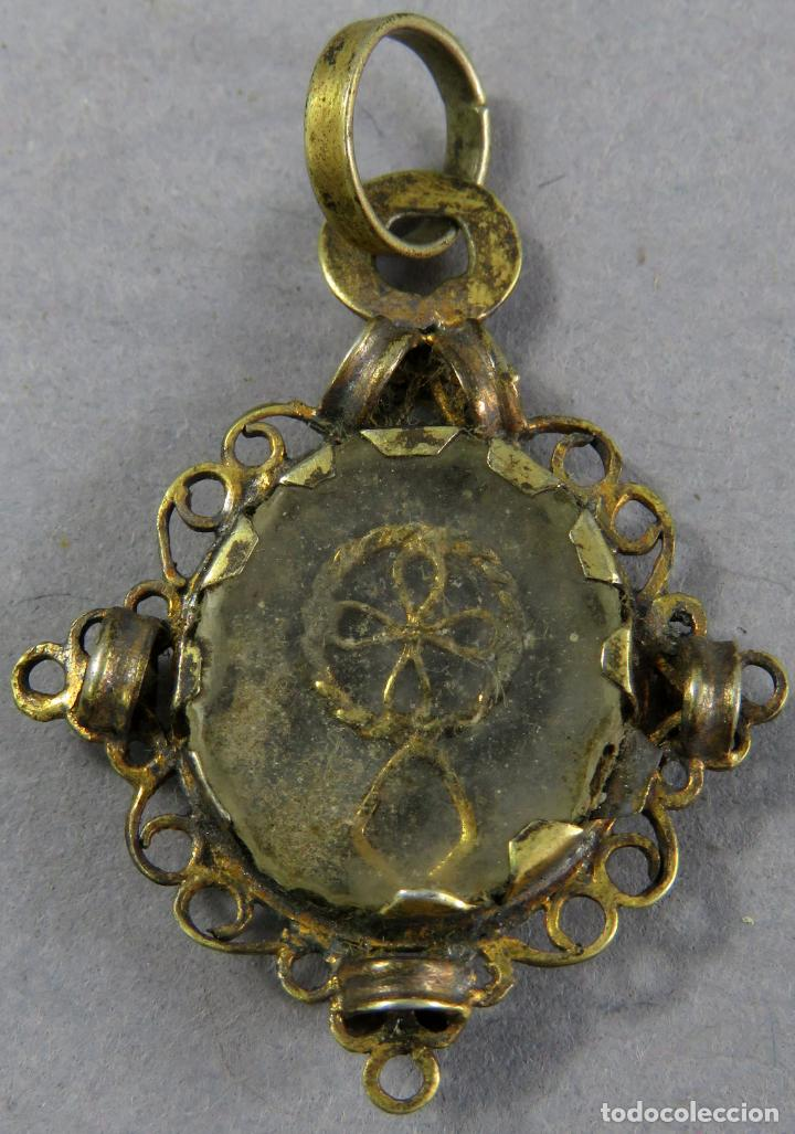 MEDALLA TIPO RELICARIO EN PLATA DORADA Y CRISTAL A AMBAS CARAS CON CRUZ EN EL INTERIOR SIGLO XVII (Antigüedades - Religiosas - Medallas Antiguas)