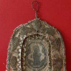 Antigüedades: N. SRA DE LAS MERCEDES. ANTIGUO RELICARIO TEXTIL, TRABAJO CONVENTUAL, SEDA, HILOS DE ORO Y PERLITAS.. Lote 202010410